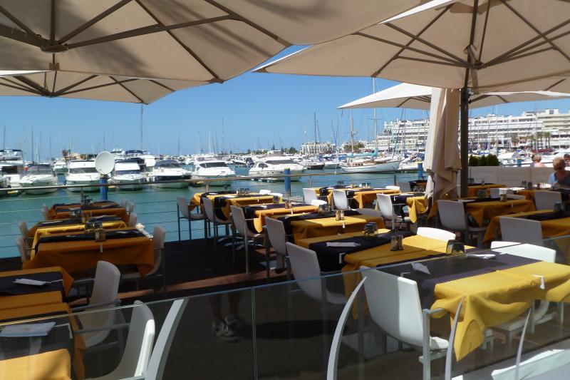 Uno de los muchos restaurantes en la Marina