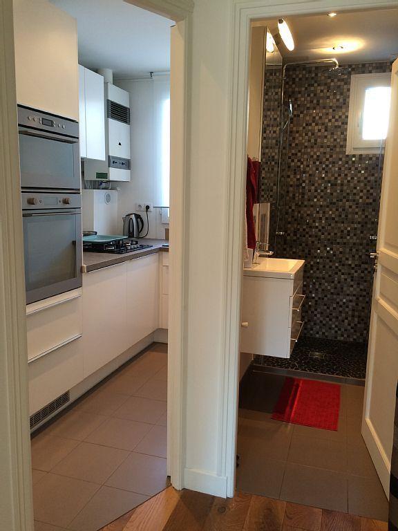 Cuisine et salle de douche - Kitchen and bathroom