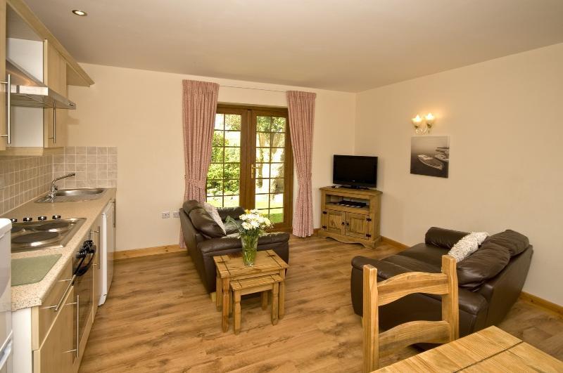 Open plan woonkamer en keuken gebied in wieg Goch Cottage