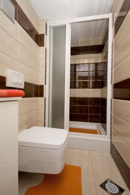 Kiwi (2 + 1): banheiro com vaso sanitário
