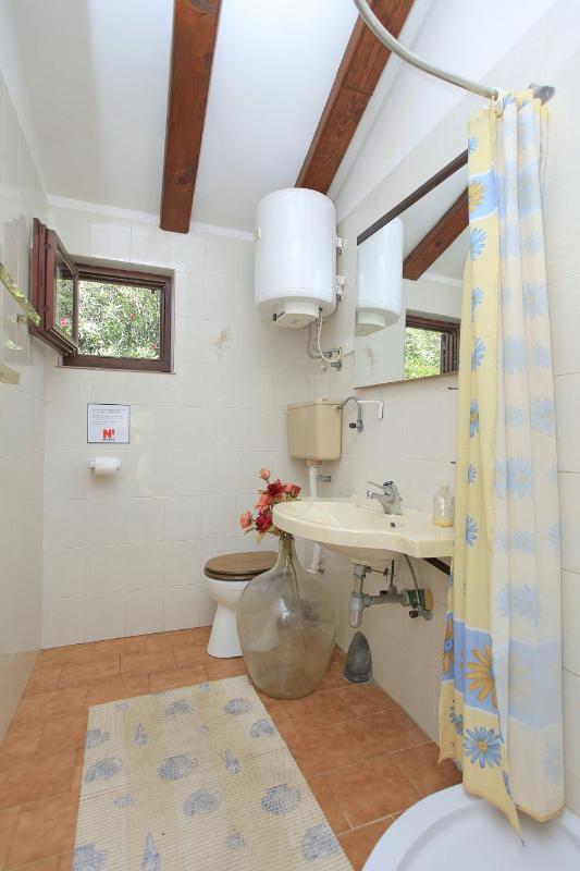 H (12): salle de bain avec toilette