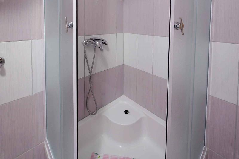 Ljubičasti (5): bathroom with toilet