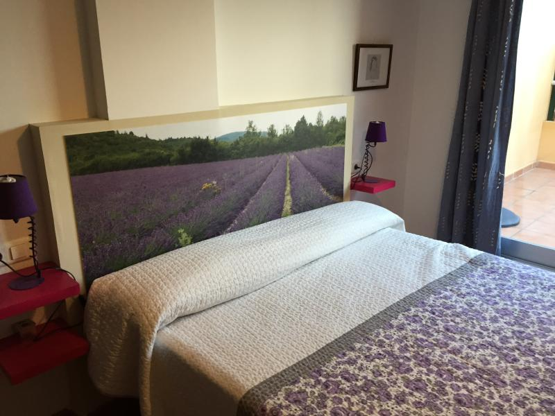 habitacion principal con cama viscoelastica de 150x200 con baño en suite