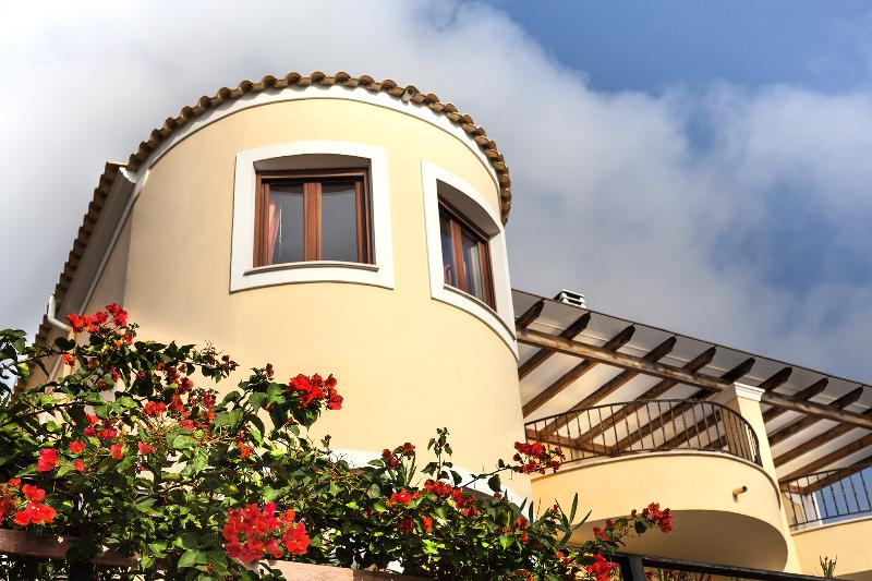 Infinity Villa - Spacious and secluded, sleeps 8, holiday rental in Agios Gordios
