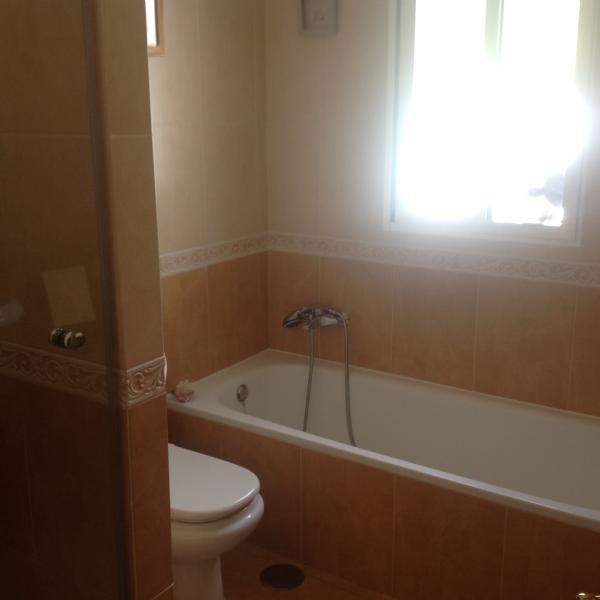 En-suite bathroom to main bedroom