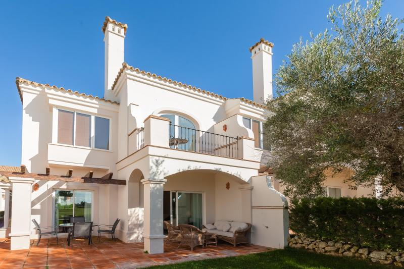 Spacious 2 bedrooon townhouse on a golf course in a gated community with pool, holiday rental in Arcos de la Frontera