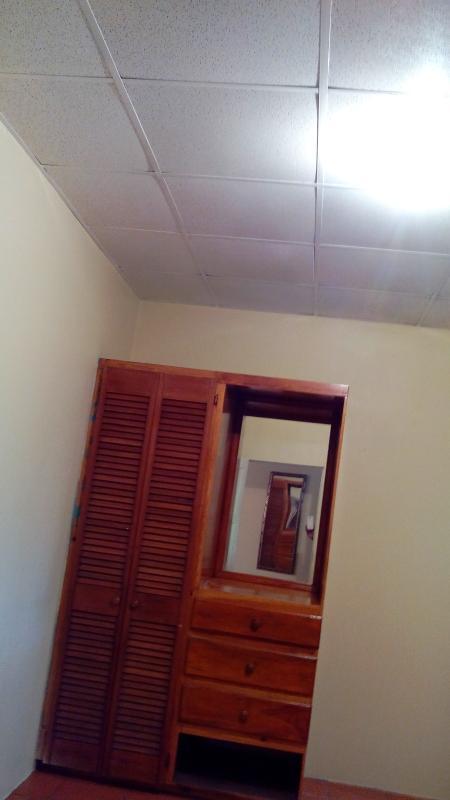 armario y cómoda incorporada con espejo
