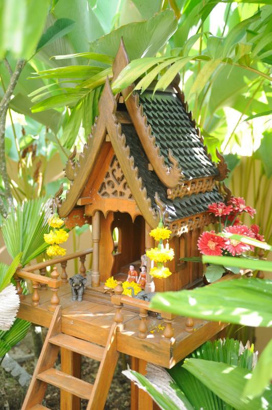 Casa del espíritu tailandés en jardín