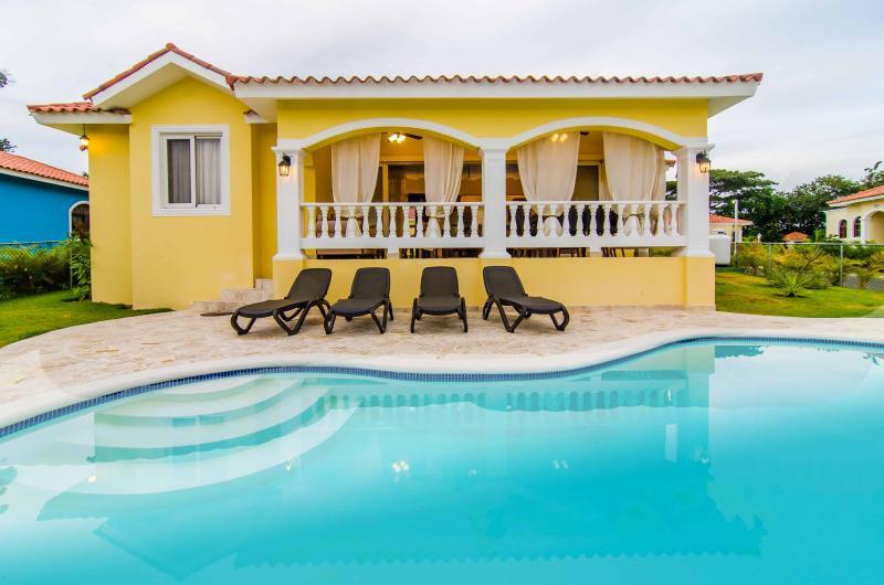 Private guest friendly 2-bedroom villa in Oceanfront resort. 24/7 security., vacation rental in Sosua