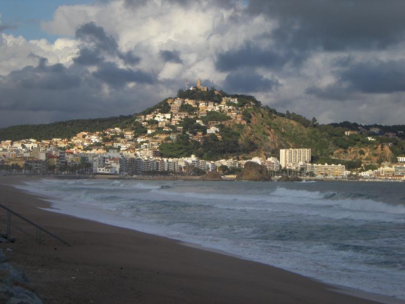 Playa de S'Abanell y ciudad costera de Blanes