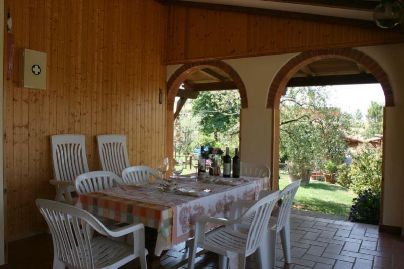 spazio pranzo esterno appartamento Il Salice