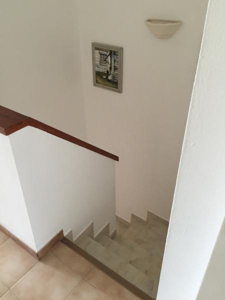 Escaleras de la sala del primer piso en la sala de estar