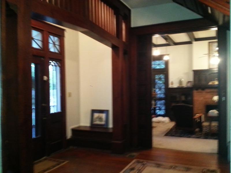 Voorste portiek met uitzicht naar woonkamer
