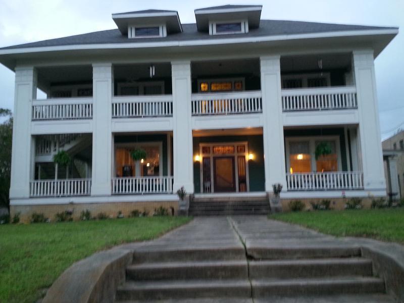 Historische Holle House is genoteerd op de National Register of Historic Places en biedt 2200' van de ruimte