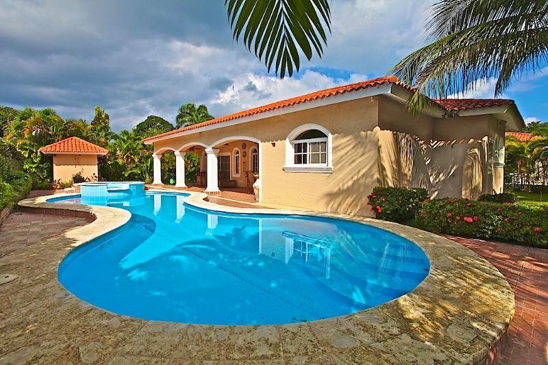 3 BD Caribbean villa near the beach, holiday rental in Perla Marina