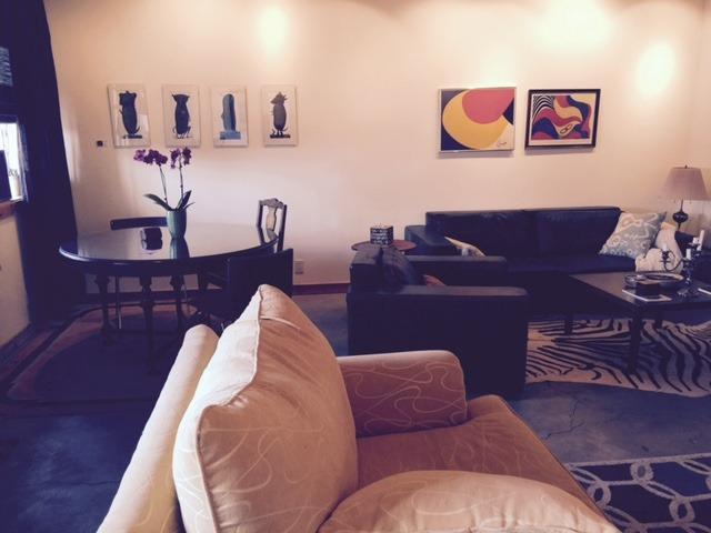 Al entrar a la izquierda: una mesa de comedor, 6 pies lux cuero marrón área de asiento del sofá.