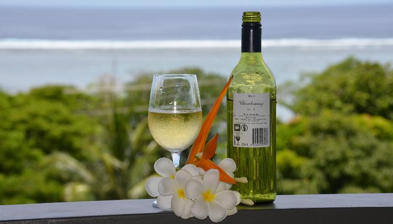 Disfrutar de una copa en la terraza o cubierta mientras las vistas espectaculares del océano.