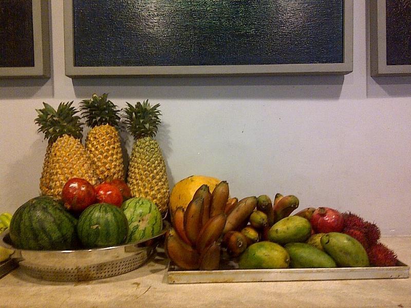 Unsere Gäste gehen durch eine Menge von frischen tropischen Früchten in alten Clove Haus.