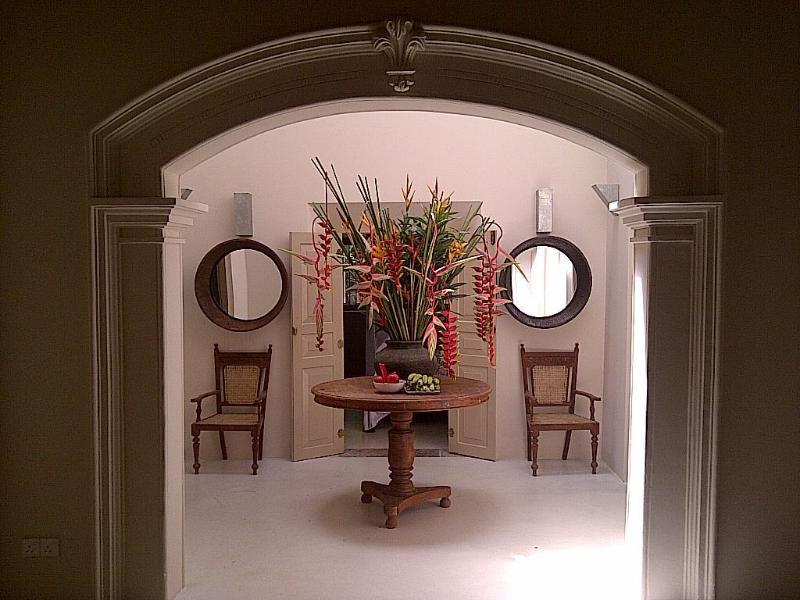 Leicht, luftig und hell Zentrale Rezeption mit frischen Blumen für alle Gäste.