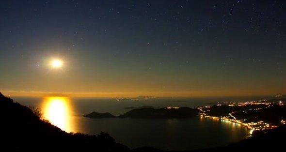 Romántica luna llena vista desde los balcones