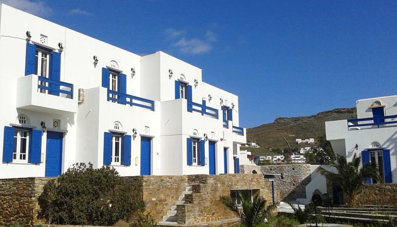 Beachfront apartment at 'Nostos', location de vacances à Laouti