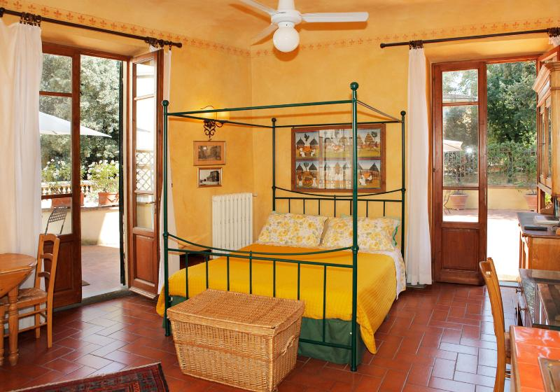 Guido - Large studio facing large terrace, vacation rental in Florence