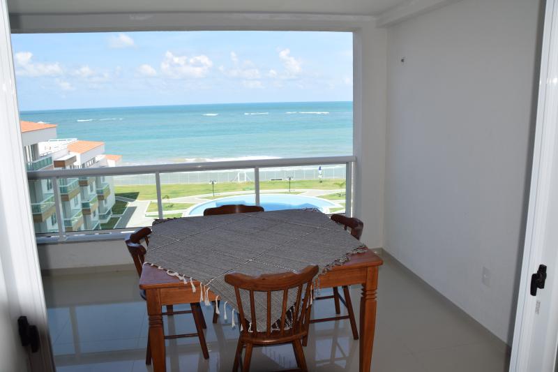 table à manger sur le balcon avec vue sur mer