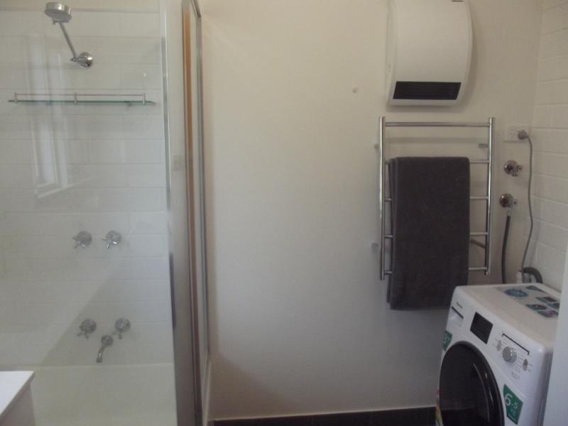 Baño con pared ventilador calentador y 6,5 kg carga frontal lavadora