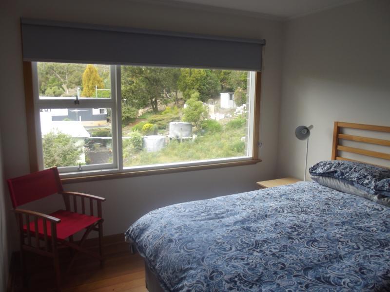 Medio dormitorio, cama de QS, grandes ventanas para acceder a bush vistas
