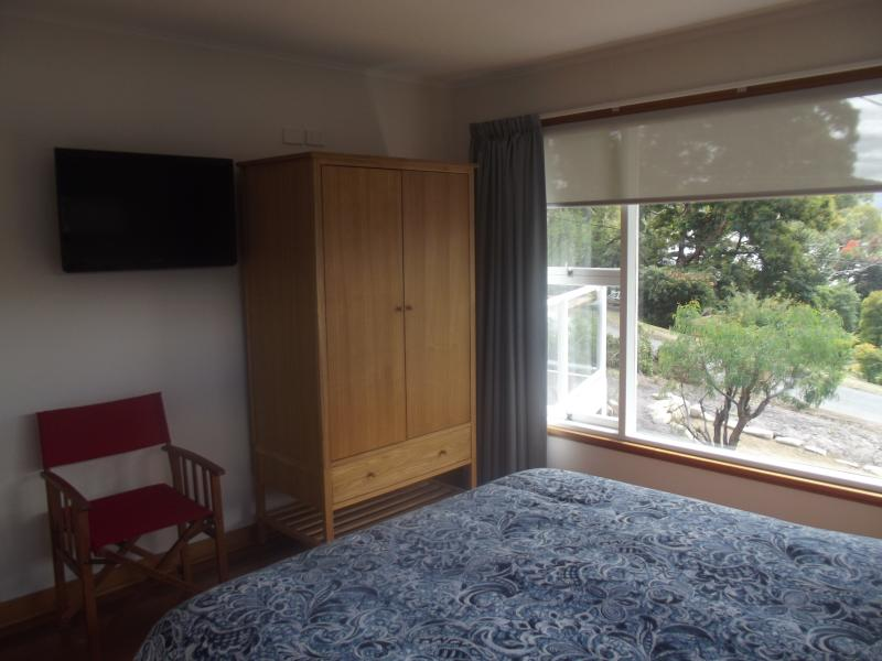 Dormitorio principal, con grandes ventanales para tener a la vista. Ha montado en la pared 32' LCD TV