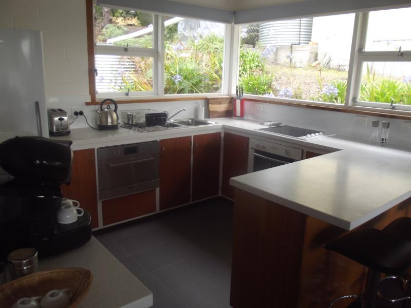 Zona de cocina compacta, con nuevos equipos tales como máquina de café Lavazza