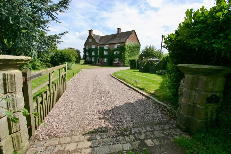 'Baddiley Hall' - Comfortable Spacious West Wing of Historic Manor House, location de vacances à Cheshire