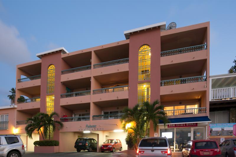 Edificio de apartamentos con aparcamiento privado.