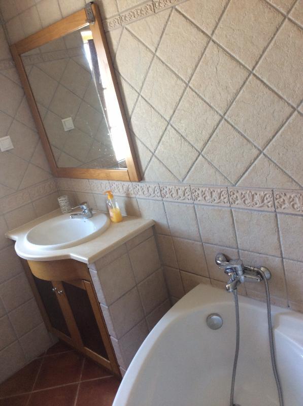 Chambre salle de bains avec baignoire