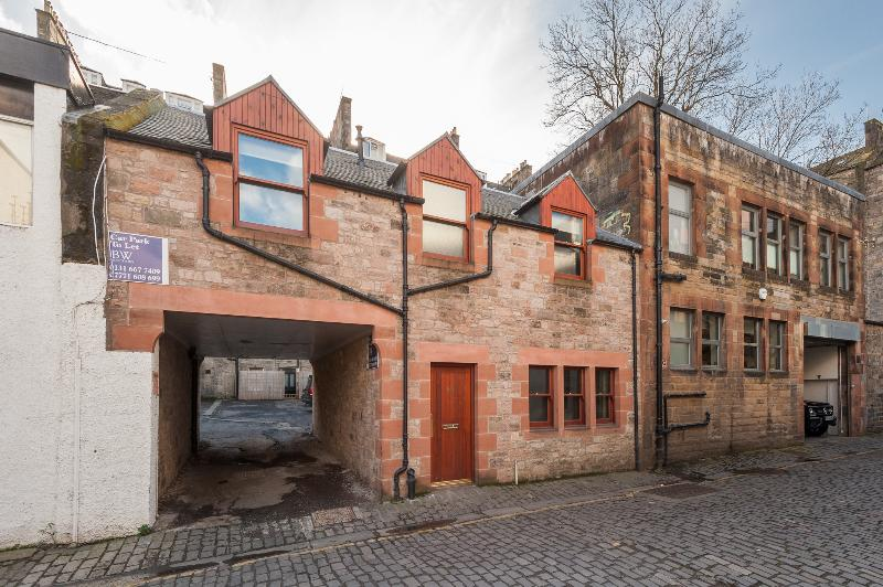 The mews exterior in a sought after area 3 minutes from city centre and in a quiet street