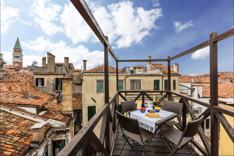 Altana - San Marco roof-top terrace with pitoresque canal view, casa vacanza a Venezia