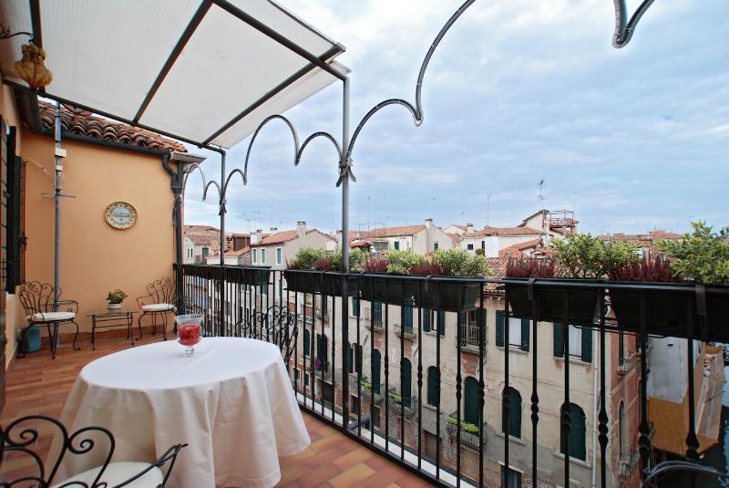 San Felice Terrace - Venetian apartment with terrace and canal view, alquiler de vacaciones en Venecia