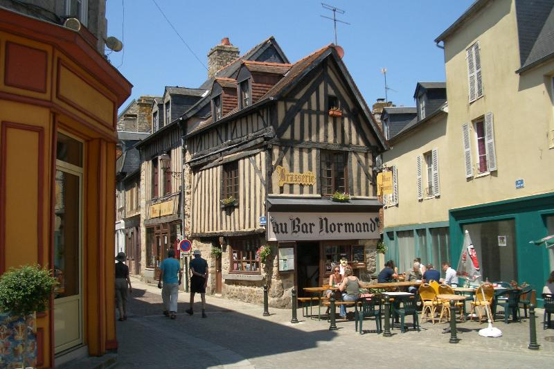The traditional town of Domfront is 30 minutes away.