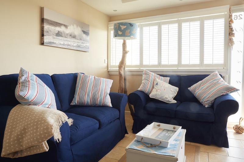 Unsere offenen Wohnbereich mit zwei bequemen Sofa und einzigartige Einrichtung