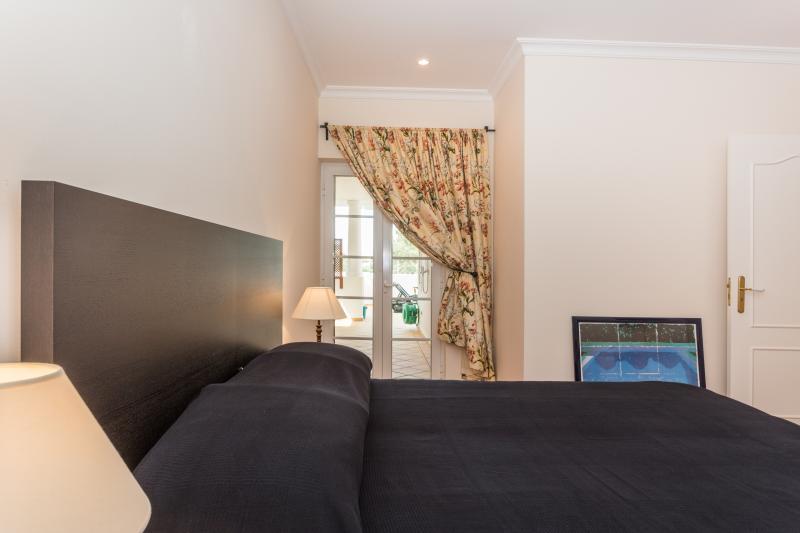 Slaapkamer met zijaanzicht naar terras
