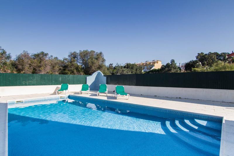 Neben der Villa, für Erwachsene und Kinderbecken. Ein großer Pool / Bar / Restaurant und Meerblick auf 100 m