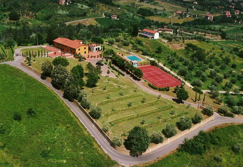 Panoramic Villa with pool, tennis court and lake, vacation rental in Pescia