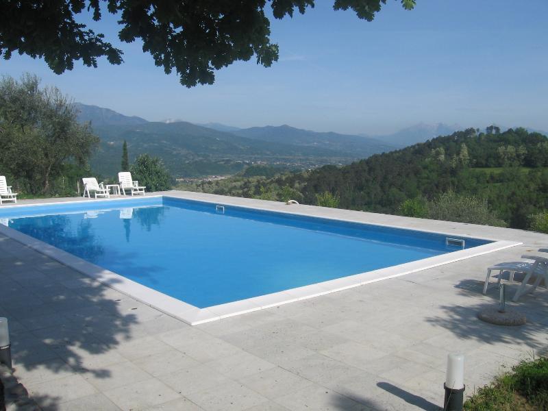 La nostra piscina Guarda le Alpi Apuane