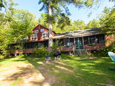 Rustic Lakeside Lodge and Four Cabins-13 bedrooms, holiday rental in Union