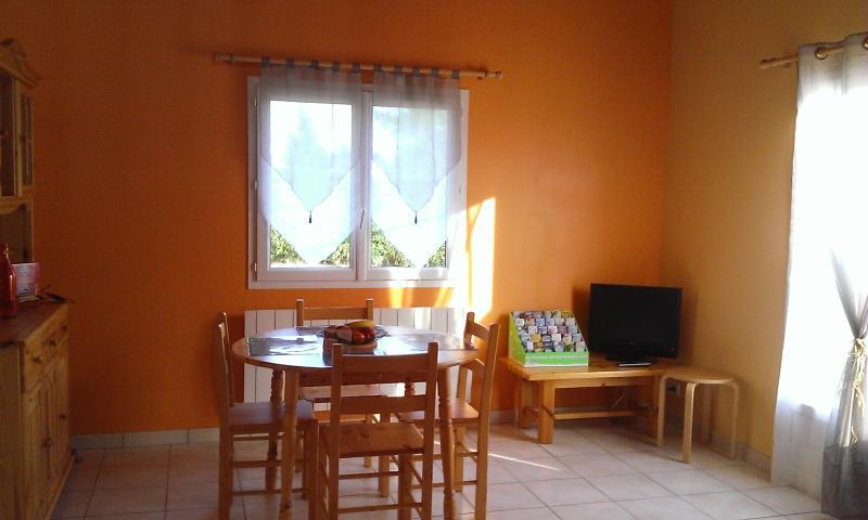 Salle à manger lumineuse avec accès terrasse