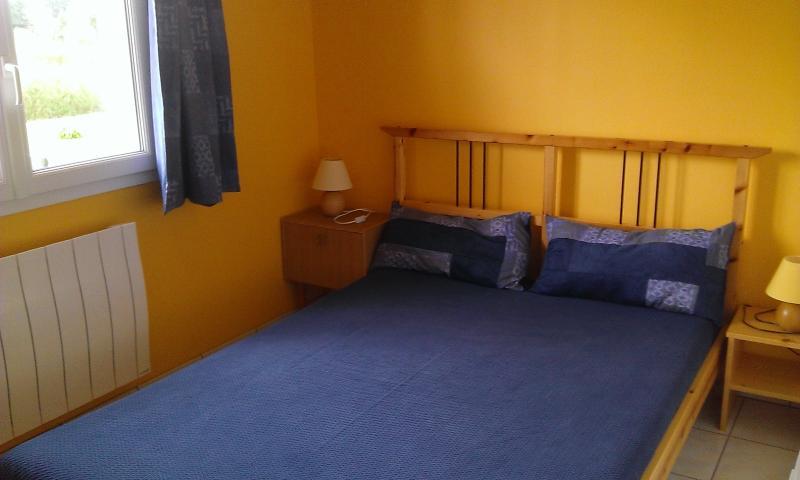 Petite chambre rez de chaussée un lit 140, une penderie, 2 tables de nuit, lit parapluie possible