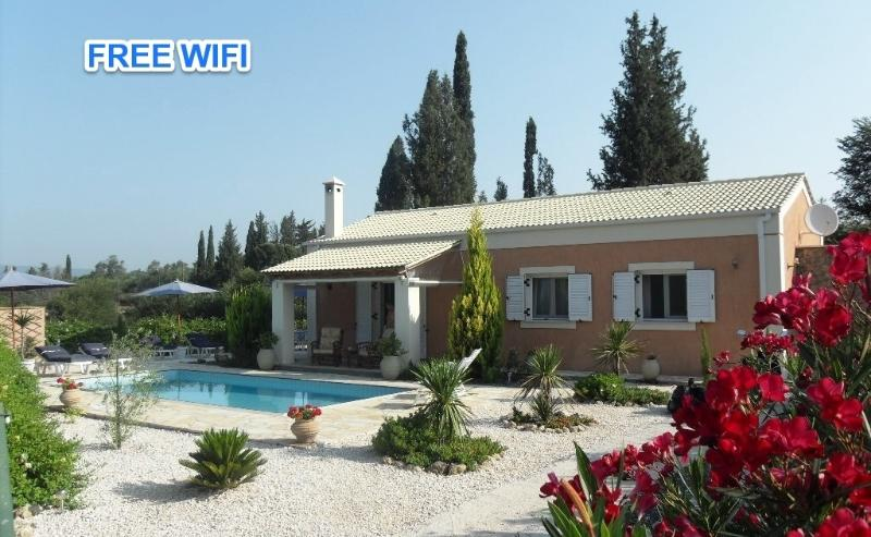 Secluded 2 bedroom villa with private pool, location de vacances à Corfu Town