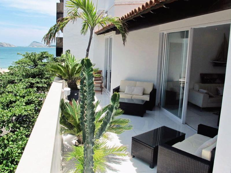 Side ocean view of Ipanema beach