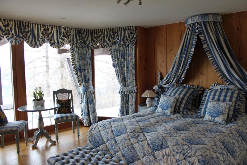 Romantic Bedroom in Luxury chalet, holiday rental in Nendaz