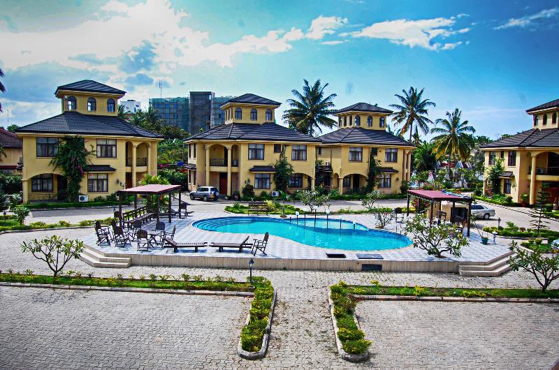Spacious villa with pool access, casa vacanza a Dar es Salaam